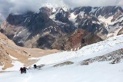 Montanhistas extremos que scrambling acima Fotografia de Stock Royalty Free