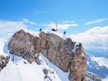 Montanhistas na cimeira do Zugspitze, dia de mola ensolarado maravilhoso Imagens de Stock