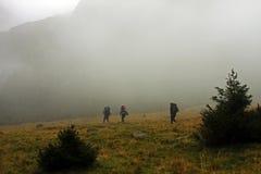 Montanhistas na maneira acima da montanha Fotografia de Stock Royalty Free
