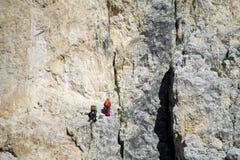 Montanhistas na parede da montanha Imagem de Stock