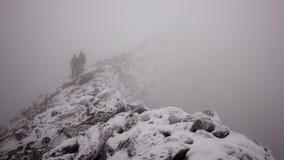 Montanhistas que descem uma montanha Fotografia de Stock Royalty Free