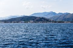 Montanhoso e linha costeira na distância fotos de stock royalty free