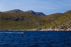 Montanhoso e linha costeira na distância fotos de stock