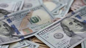 Montant considérable d'argent des USA se trouvant à la table dans l'ordre aléatoire banque de vidéos