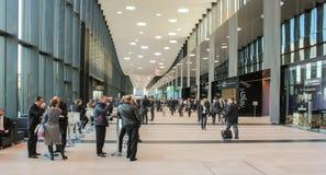 Montant considérable de personnes dans le lobby ExpoForum photos stock