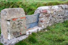 Montant dans le mur en pierre images stock