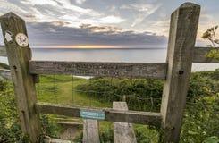 Montant en bois permettant à accès un chemin de marche côtier au Pays de Galles photos stock