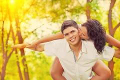 Montant kising d'instagram d'hommes de femme coloré image stock
