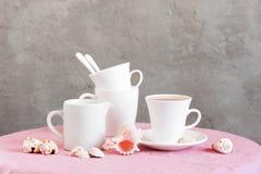 Montante de la vida con la loza blanca para el té o café y cáscaras fotografía de archivo libre de regalías