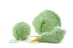 Montante e capota em andamento do bebê do Knit no branco Fotos de Stock