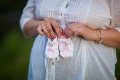 Montantes cor-de-rosa pequenos nas mãos da mamã Fotografia de Stock Royalty Free