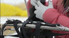 Montantes de conexão postos do Paraglider vídeos de arquivo