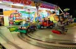 MONTANYAN, ΙΤΑΛΙΑ - 16 ΙΟΥΛΊΟΥ 2017: Γύροι διασκέδασης παιδιών ` s αργά τη νύχτα τα παιδιά έχουν τη διασκέδαση Στοκ Εικόνα