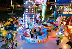 MONTANYAN, ΙΤΑΛΙΑ - 16 ΙΟΥΛΊΟΥ 2017: Γύροι διασκέδασης παιδιών ` s αργά τη νύχτα τα παιδιά έχουν τη διασκέδαση Στοκ φωτογραφίες με δικαίωμα ελεύθερης χρήσης