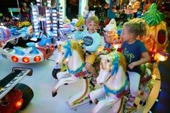 MONTANYAN, ΙΤΑΛΙΑ - 16 ΙΟΥΛΊΟΥ 2017: Γύροι διασκέδασης παιδιών ` s αργά τη νύχτα τα παιδιά έχουν τη διασκέδαση Στοκ Εικόνες