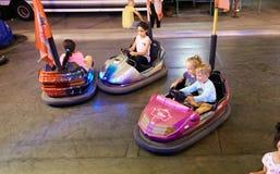MONTANYAN, ΙΤΑΛΙΑ - 16 ΙΟΥΛΊΟΥ 2017: Γύροι διασκέδασης παιδιών ` s αργά τη νύχτα τα παιδιά έχουν τη διασκέδαση Στοκ Φωτογραφίες