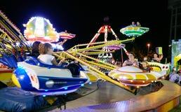 MONTANYAN, ΙΤΑΛΙΑ - 16 ΙΟΥΛΊΟΥ 2017: Γύροι διασκέδασης παιδιών ` s αργά τη νύχτα τα παιδιά έχουν τη διασκέδαση Στοκ εικόνα με δικαίωμα ελεύθερης χρήσης