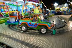 MONTANYAN, ITALIE - 16 JUILLET 2017 : Tours d'amusement du ` s d'enfants tard la nuit les enfants ont l'amusement Photo stock