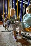MONTANYAN, ITALIEN - 16. JULI 2017: Kind-` s Unterhaltungsfahrten spät nachts haben Kinder Spaß Stockbild