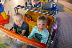 MONTANYAN, ITALIEN - 16. JULI 2017: Kind-` s Unterhaltungsfahrten spät nachts haben Kinder Spaß Lizenzfreies Stockbild