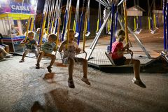 MONTANYAN, ITALIEN - 16. JULI 2017: Kind-` s Unterhaltungsfahrten spät nachts haben Kinder Spaß Lizenzfreie Stockbilder