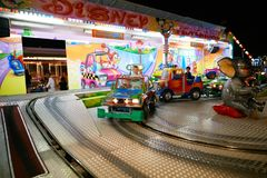 MONTANYAN, ITALIEN - 16. JULI 2017: Kind-` s Unterhaltungsfahrten spät nachts haben Kinder Spaß Lizenzfreies Stockfoto