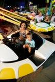 MONTANYAN, ITALIEN - 16. JULI 2017: Kind-` s Unterhaltungsfahrten spät nachts haben Kinder Spaß Stockfotos