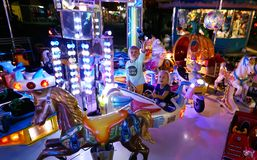 MONTANYAN, ITALIEN - 16. JULI 2017: Kind-` s Unterhaltungsfahrten spät nachts haben Kinder Spaß Lizenzfreie Stockfotografie