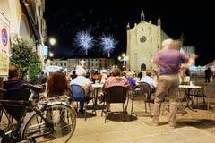 Montanyana, ITALIE - 16ème de juillet 2017 : Feux d'artifice au-dessus de la place de ville photographie stock libre de droits