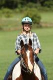 Montar a caballo adolescente su caballo Foto de archivo libre de regalías