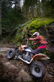 Montar a caballo ATV en montañas Foto de archivo
