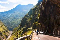 Montar a caballo de dos ciclistas en el camino de la hola-montaña Imagen de archivo