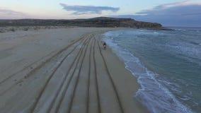 Montar a caballo de Enduro en una puesta del sol de la playa Fps de la antena 25 almacen de video