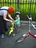 Montar a caballo de la bici de la familia Foto de archivo libre de regalías