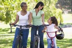 Montar a caballo de la bici de la madre y de la nieta de la abuela Imagenes de archivo
