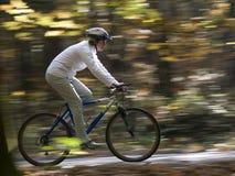Montar a caballo de la bici del otoño Fotografía de archivo libre de regalías