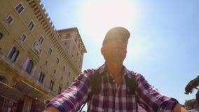 Montar a caballo de la bici en el cuadrado de Venecia en tiro del uno mismo de Roma FDV almacen de video