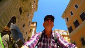 Montar a caballo de la bici a lo largo de los callejones estrechos en tiro del uno mismo de Roma FDV metrajes