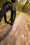 Montar a caballo de la bicicleta, falta de definición de movimiento del ángulo inferior fotografía de archivo libre de regalías