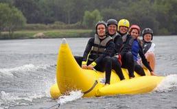 Montar a caballo de la gente en un barco de plátano Fotos de archivo libres de regalías