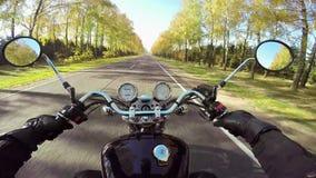 Montar a caballo de la motocicleta que sorprende en el camino hermoso ¡Crucero/interruptor clásicos para siempre! metrajes