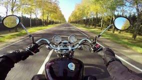 Montar a caballo de la motocicleta que sorprende en el camino hermoso ¡Crucero/interruptor clásicos para siempre! almacen de video