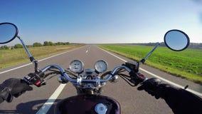 Montar a caballo de la motocicleta que sorprende en el camino vacío hermoso ¡Crucero/interruptor clásicos para siempre! metrajes
