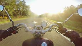 Montar a caballo de la motocicleta que sorprende hacia el sol por la tarde ¡Crucero/interruptor clásicos para siempre! metrajes