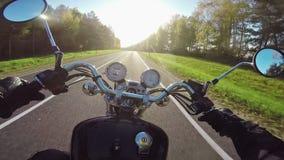 Montar a caballo de la motocicleta que sorprende hacia el sol por la tarde ¡Crucero/interruptor clásicos para siempre! almacen de video