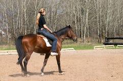 Montar a caballo de la muchacha en caballo Imagen de archivo