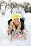 Montar a caballo de la muchacha en el trineo en el paisaje Nevado Imágenes de archivo libres de regalías