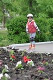 Montar a caballo de la muchacha en pcteres de ruedas Foto de archivo libre de regalías
