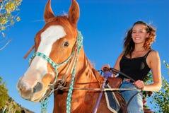Montar a caballo de la muchacha en un caballo Imagen de archivo libre de regalías
