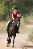 Montar a caballo de la mujer a caballo Fotografía de archivo libre de regalías